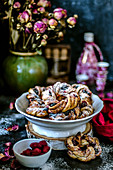 Wreaths of yeast dough with cinnamon and frozen berries