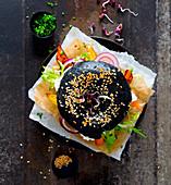 Schwarzer Sesam-Bagel mit Gemüse