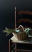 Frischer wilder Spargel im Weidenkorb auf Stuhl