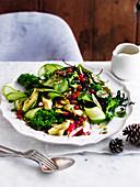 Grüner Salat mit roten Johannisbeeren und Orangendressing zu Weihnachten