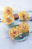 Crunchy tarts with caramel and apple cream