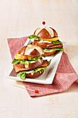 Bayerische Laugen-Burger mit Leberkäse und Frischkäse