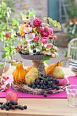 Selbstgebaute Etagere mit Weintrauben und Kürbis als Erntedank Dekoration