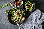 Spinatsalat mit Feta, Brot, Mandeln und Granatapfelkernen