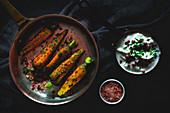 Gebratene Karotten mit Himalayasalz, rosa Pfeffer und Dip