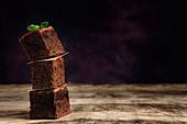 Drei Schokoladenbrownies, gestapelt