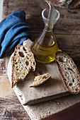 Vollkornbrot und Karaffe mit Olivenöl