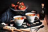 Tomaten-Gazpacho mit Ei und Schinken