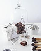 Brownies und Gebäck-'Streichhölzer' mit Weihnachtsdeko