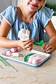 Mädchen bastelt Marshmallow-Blumen