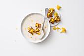 Reis-Blumenkohl-Cremesuppe mit Croutons und gelben Blumenkohlröschen