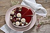 Vegane Schoko-Himbeer-Sauerrrahm-Torte mit Fruchtspiegel