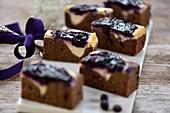 Vegane Süsskartoffel-Cheesecake-Brownies mit Blaubeeren