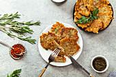 Jüdische Kartoffel-Latkes mit Chiliflocken und Minzsauce