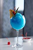 Ein blauer Cocktail mit Curacao