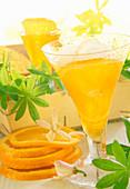 Waldmeisterlikör, aromatisiert mit getrockneten Orangenblüten und Vanille