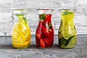 Infused Water mit Erdbeere, Limette und Zitrone