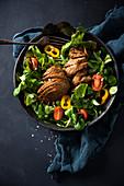 Gebratene Mock Duck (vegane Ente auf Seitanbasis) auf Salat