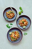 Pad Thai (thailändisches Gericht mit Garnelen und Reisbandnudeln)