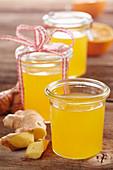 Selbstgemachter Orangen-Ingwer-Sirup im Weckglas