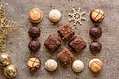 Verschiedene Weihnachtsplätzchen mit und ohne Schokoladenglasur