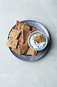 Selbstgemachte Cracker mit Kräuterquark