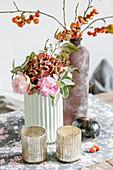 Strauß mit Rosen, Hortensie, Salbeiblätter und Eukalyptus, Zierapfelzweig