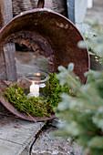 Einmachglas als Windlicht mit Moos im durchgerosteten Blecheimer