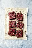 Glutenfreie Schokoladenbrownies mit Reismehl und Himbeeren