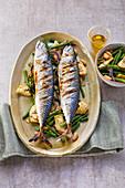 Gegrillte Makrelen mit grünen Bohnen und Artischocken