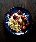 Hazelnut risotto with figs and meatballs