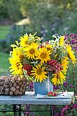 Spätsommerstrauß mit Sonnenblumen, Vogelbeeren und Zieräpfeln