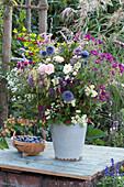 Herbststrauß mit Rosen, Astern, Kugeldistel, Weißdorn und Herbstanemone