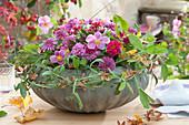 Herbstliches Gesteck mit Herbstanemone, Chrysanthemen und Zinnie