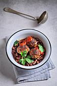 Fleischbällchen mit Baked Beans und Petersilie