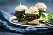 Vegane Mini-Burger mit Belugalinsen-Bratling, Feldsalat, Radicchio, Gurke, Zwiebel und Chilisauce