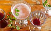 Prosecco und selbstgemachter Feigensirup mit Granatapfel und Minze