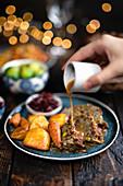 Vegetarischer Nussbraten mit Sauce und Beilagen zu Weihnachten