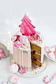 Rosafarbene Torte 'Winter Wonderland', angeschnitten