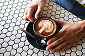 Eine Tasse Milchkaffee mit Milchschaummuster