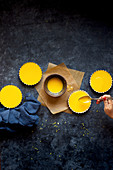 Glutenfreie Meyer Lemon Tartes zubereiten: Lemon Curd einfüllen