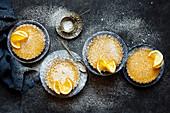 Glutenfreie Meyer Lemon Tartes mit Puderzucker