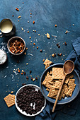 Zutaten für selbstgemachte Schokoladen-Keks-Riegel