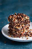 Ein Stapel selbstgemachte Schokoladen-Kokos-Schnitten