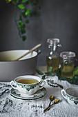 Selbstgemachte Detox-Gemüsebrühe in Suppenschälchen