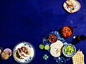 Carne Asada Tacos mit Arbol-Chilisalsa, Chicken-Tinga-Tacos, Calamari-Mais-Tacos mit Salsa Verde (Mexiko)