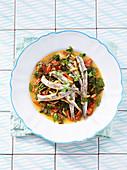 Gebratene Sardinen auf Mangold-Tomaten-Gemüse mit Pinienkernen