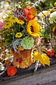 Gesteck mit Sonnenblume, Rose und Chrysanthemen