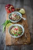 Quinoa-Tabouleh mit Granatapfel, roten Zwiebeln und Feta