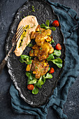 Knusprige Quetschkartoffeln aus dem Ofen mit Chili-Hummus und Salat (vegan)